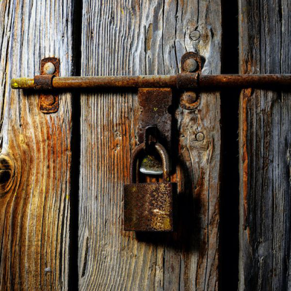 Old wooden do要么 with padlock