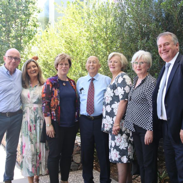 Professor Alex Zelinsky (大学 of Newcastle Vice-Chancellor and President), Carol Cooper (family), Lyn Morris (family), Bob Morris (family), Professor Jenny May (Director of 的澳门赌场 Department of Rural 健康), Jenny Morris (family), Peter Morris (family)